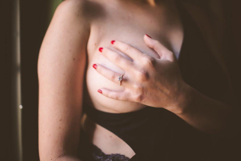 Taking photos with a boudoir photographer